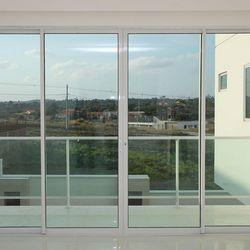 janelas quadriculadas de alumínio branco