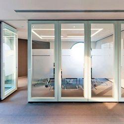 janela de alumínio com persiana