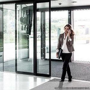 Instalação de porta de vidro
